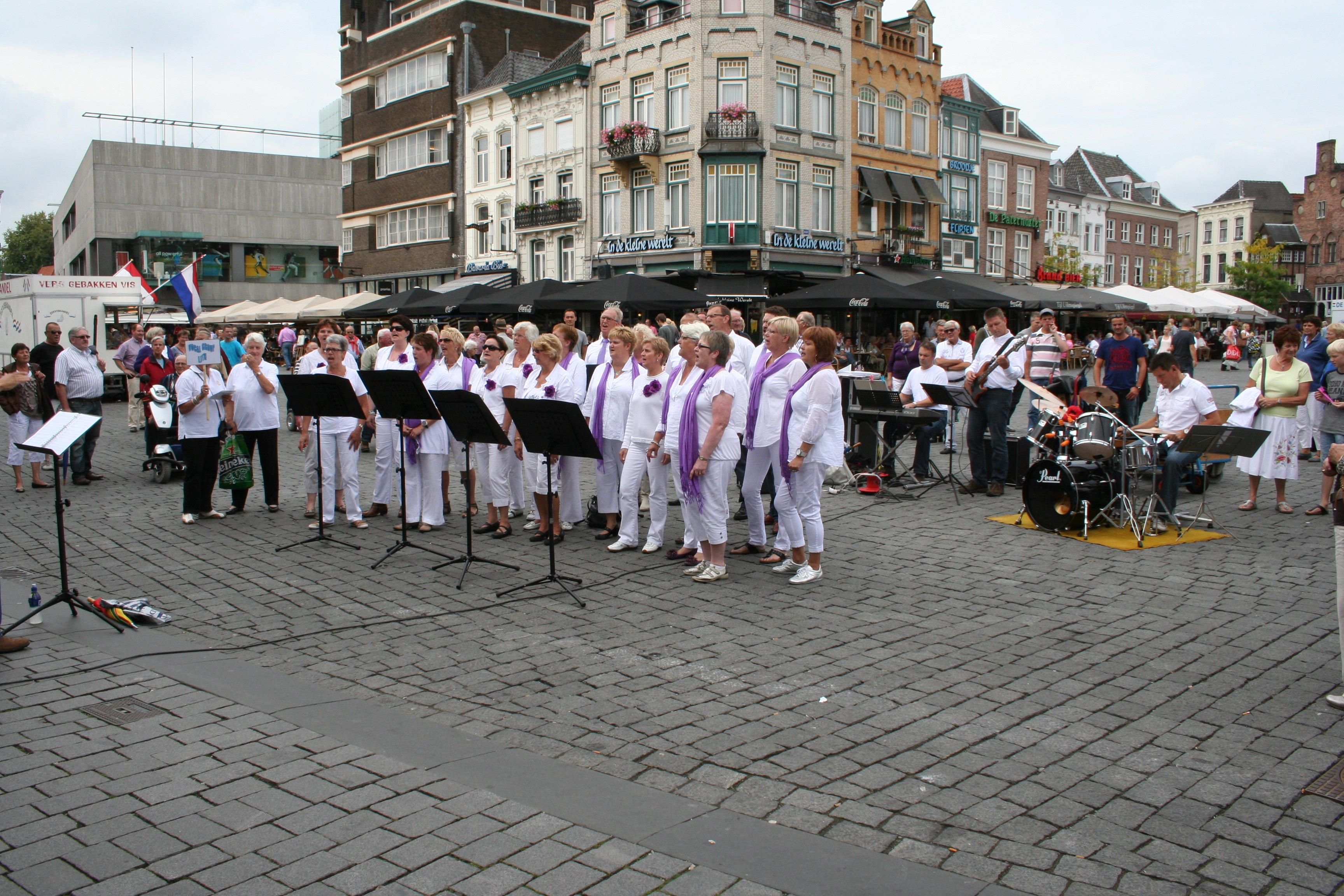 https://vocalgrouplith.nl/new/wp-content/uploads/2017/01/2011-09-04-VGL-markt-Den-Bosch-.jpg